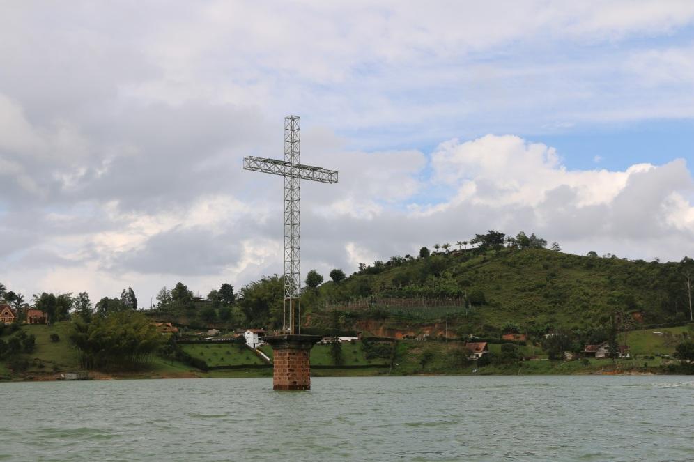 Hier steht noch die Kirche vom alten Dorf Peñol