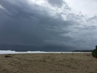 Unwetter lauert über der Playa Cocles